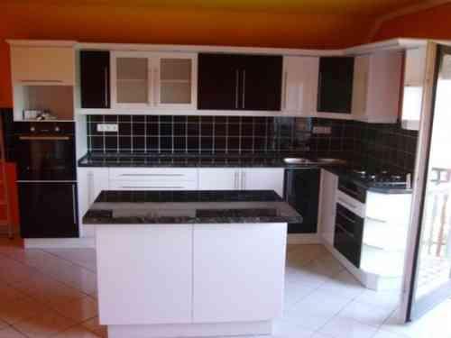 Beépített konyhabútor 006 fekete-fehér színű ajtókkal ,vitrines ...